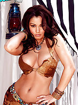 Nackte Frau Babes, Aria Giovanni exposes her dangerous curves!